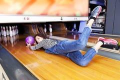 Молодая женщина сползая вниз с кегельбана Стоковое Фото