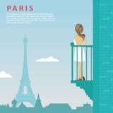 Молодая женщина стоит на балконе смотря Эйфелева башню в Париже Стоковые Фотографии RF