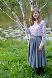 Молодая женщина стоит около blossoming березы полезных utilis d Betula Гималаев наденьте Стоковое Изображение RF