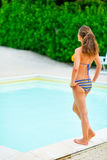 Молодая женщина стоя близко бассейн Стоковые Фотографии RF