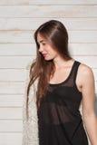 Молодая женщина стоя в взгляде со стороны платья ночи Стоковая Фотография