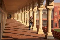 Молодая женщина стоя в дорожке колоннады водя к Diwan-i- Kh Стоковое Изображение RF