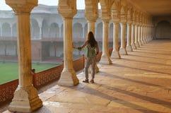Молодая женщина стоя в дорожке колоннады водя к Diwan-i- Kh Стоковые Фото