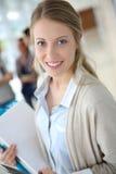 Молодая женщина стоя в прихожей Стоковое фото RF