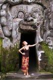Молодая женщина стоя в рте демона на Goa Стоковые Изображения RF