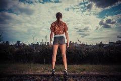 Молодая женщина стоя на ее подсказке toes снаружи стоковая фотография rf