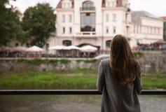 Молодая женщина стоя на набережной Стоковые Изображения RF