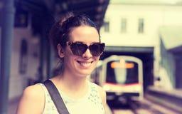 Молодая женщина стоя на поезде платформы метро ждать причаливая Стоковая Фотография