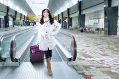 Молодая женщина стоя на прихожей авиапорта Стоковые Изображения RF