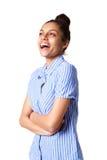 Молодая женщина стоя с ее пересеченными оружиями и усмехаться Стоковые Изображения