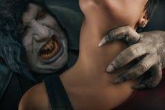 Молодая женщина страшного дьявола вампира сдерживая Средневековое готическое nightmar стоковое фото rf