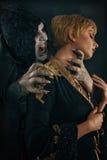 Молодая женщина страшного дьявола вампира сдерживая Средневековое готическое nightmar стоковое изображение rf