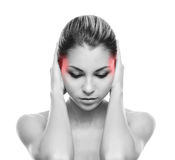 Молодая женщина страдая от боли в голове Стоковые Изображения RF