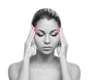 Молодая женщина страдая от боли в голове Стоковая Фотография RF