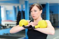 Молодая женщина сфокусированная на тренировке Стоковое Изображение