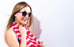 Молодая женщина с аксессуарами национального праздника США Стоковая Фотография RF