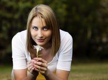 Молодая женщина с белым цветком Стоковые Изображения RF