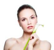 Молодая женщина с белым цветком Lyli на белизне Стоковые Изображения RF