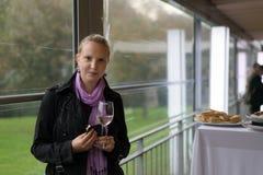Молодая женщина с бокалом на партии Стоковые Изображения