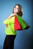 Молодая женщина с бумажной multi покрашенной хозяйственной сумкой Стоковые Фото
