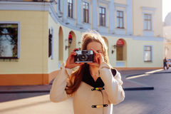 Молодая женщина с винтажной камерой внешней стоковые фото
