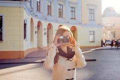 Молодая женщина с винтажной камерой внешней стоковая фотография rf
