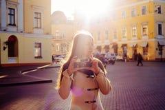 Молодая женщина с винтажной камерой внешней стоковое фото rf