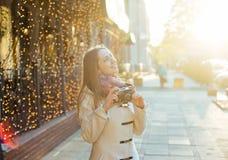 Молодая женщина с винтажной камерой внешней Стоковые Фотографии RF