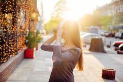 Молодая женщина с винтажной камерой внешней Стоковые Изображения RF