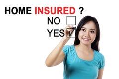 Молодая женщина с вопросом домашнего застрахованного Стоковое фото RF