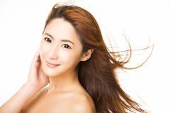 молодая женщина с волосами летания стоковые фотографии rf