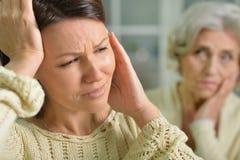 Молодая женщина с головной болью Стоковое Фото