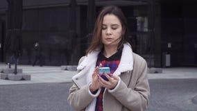Молодая женщина слегка ударяя умный телефон сток-видео