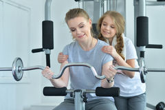 Молодая женщина с ее дочь-подростком в спортзале с гантелями Стоковые Фото