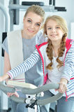 Молодая женщина с ее дочь-подростком в спортзале Стоковые Фотографии RF