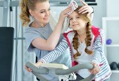 Молодая женщина с ее дочь-подростком в спортзале Стоковые Изображения RF