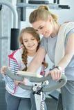 Молодая женщина с ее дочь-подростком в спортзале Стоковое Изображение