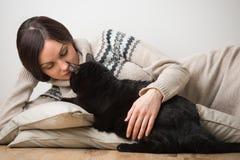 Молодая женщина с ее черным котом Стоковая Фотография