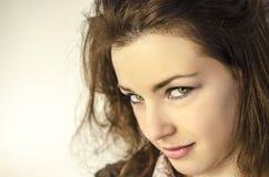 Молодая женщина с зелеными глазами стоковое изображение rf