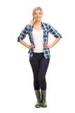 Молодая женщина с зелеными резиновыми ботинками Стоковое фото RF