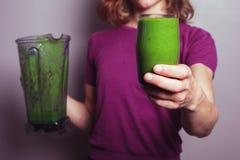 Молодая женщина с зеленым smoothie Стоковые Фотографии RF