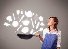 Молодая женщина с значками аксессуаров кухни Стоковая Фотография RF