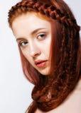 Молодая женщина с имбирем заплетает hairdo на белой предпосылке стоковая фотография rf