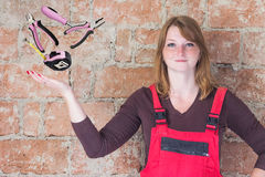 Молодая женщина с инструментами DIY Стоковые Изображения