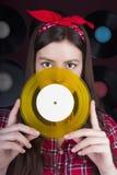 Молодая женщина с диском винила Стоковая Фотография