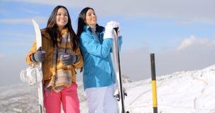 Молодая женщина 2 с их сноубордами Стоковые Фото