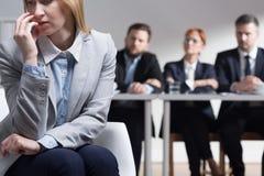 Молодая женщина слишком усиленная, что разговаривать с интервьюер на собеседовании для приема на работу Стоковое Изображение