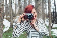 Молодая женщина с камерой в природе Стоковые Фотографии RF