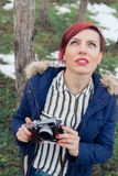 Молодая женщина с камерой в природе Стоковое Изображение