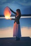 Молодая женщина с китайским фонариком неба стоковые изображения
